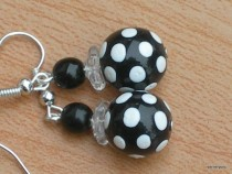 Earrings white dot on a black base with black and white ball shaped flowers bead