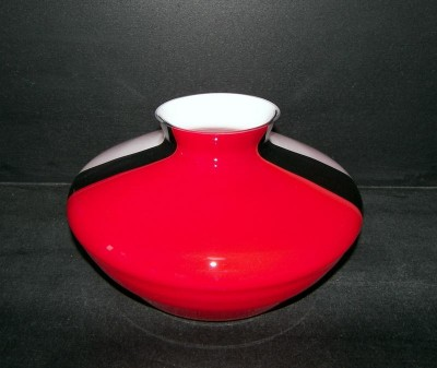 Low Vase large white red black 19 cm.